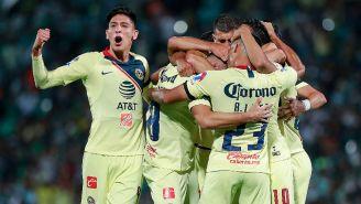 Edson festeja junto a sus compañeros el gol del empate