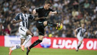 Hiram Mier gana el balón en duelo frente al Monterrey