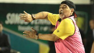 Maradona da instrucciones durante un juego de Dorados