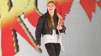 Ronda Rousey hace su entrada en RAW