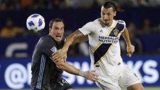 Zlatan lucha por hacerse de un balón en partido de la MLS