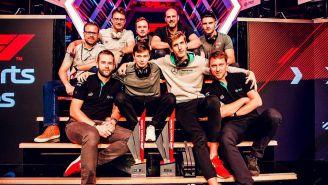 Brendon Leigh posa junto a su equipo tras ganar el título de la F1 Esports Pro Series