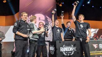 Los jugadores G2 Esports levantan sus trofeos