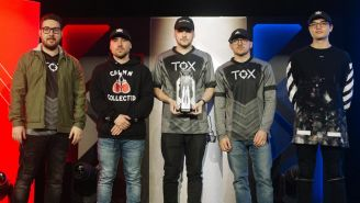 Los integrantes de Tox posan con su trofeo del Halo World Championship Series