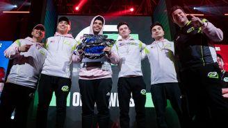 La escuadra de OpTic Gaming sostiene el trofeo del Columbus Charity Invitational