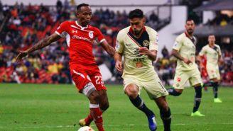 Luis Quiñones y Bruno Valdez disputan un balón
