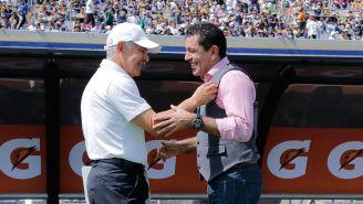 Patiño y Ferretti se saludan previo a un juego entre Pumas y Tigres