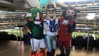 La mascota de la Selección posa con la de Dallas Cowboys