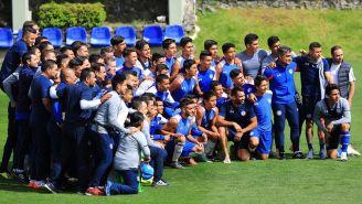 Cruz Azul Sub 15 se toma foto con el primer equipo