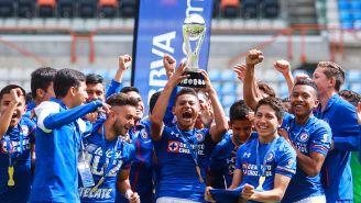 Los jugadores Sub 15 de Cruz Azul levantan el título
