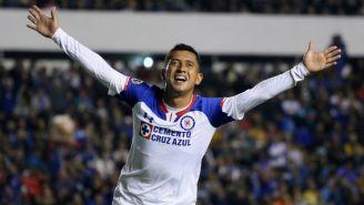 Elías Hernández festeja un gol con Cruz Azul