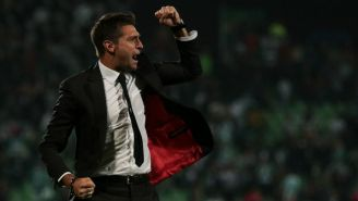 Diego Alonso festeja un gol de Rayados