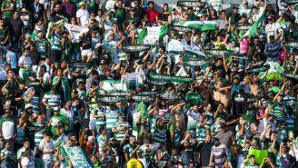 Aficionados de Santos apoyando a su equipo
