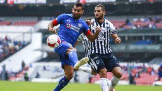 Cauteruccio y Nicolás Sánchez disputan un balón en la J12 del A2018