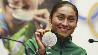 Guadalupe Gónzalez posa con medalla obtenido en Rio 2016