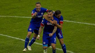 Méndez festeja con Caraglio el gol contra Monterrey en el Azteca