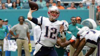Tom Brady a punto de lanzar el balón