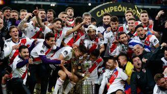 Jugadores de River Plate celebra con la Copa Libertadores