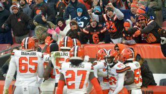 Jugadores de Cleveland celebran anotación contra Panthers