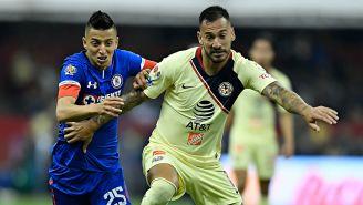 Alvarado y Aguilera luchan por el balón en la J14 del A2018