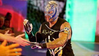 Rey Mysterio hace su entrada en WWE