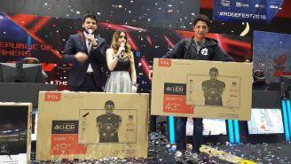 Javi sostiene la pantalla que ganó en el ROG EFEST
