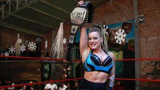 Taya presume el campeonato de Lucha Capital