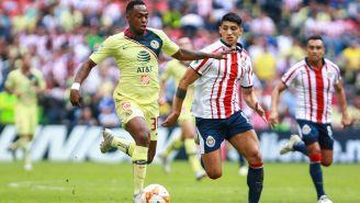 Renato y Pulido pelea un balón en el Clásico Nacional