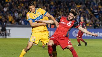 Hugo González disputa balón en juego contra Toronto
