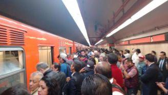 LA gente hace largas filas para subir al vagón