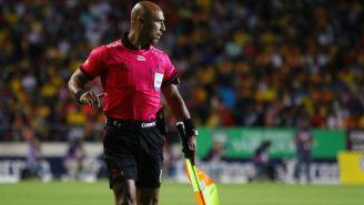 Camargo sigue de cerca los movimientos de los futbolistas