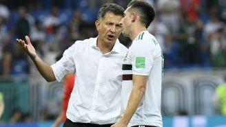 Osorio da indicaciones a Héctor Herrera