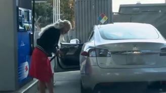 Mujer intenta llenar de gasolina su auto eléctrico