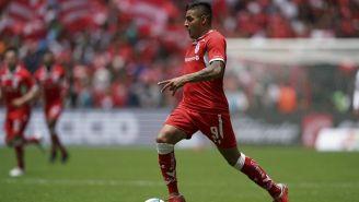 Vega, conduce el balón en el Estadio Nemesio Díez