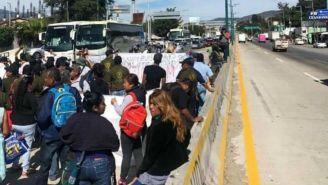 Manifestantes bloqueando la carretera