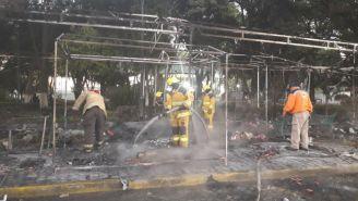 Bomberos sofocan incendio en puestos navideños en la Plaza de la Concordia