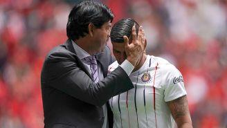 José Cardozo abraza a Carlos Salcido durante un juego de Chivas