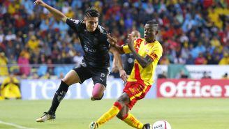 Jonathan González y Andy Polo, pelean por el balón