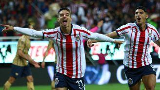 Isaác Brizuela festeja gol con Chivas