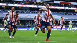 Pulido y jugadores de Chivas celebran una anotación