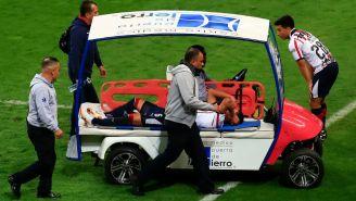 Dieter Villalpando abandona el terreno de juego tras lesión