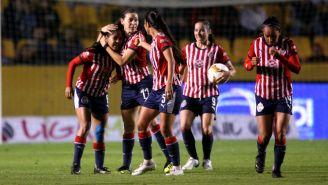 Chivas Femenil celebra una anotación frente a Tigres