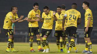 Jugadores de Monarcas celebran un gol en el Chivo Córdoba