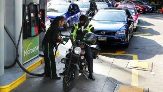 Motociclista le pone gasolina a su medio de transporte