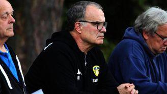 Marcelo Bielsa observa el entrenamiento del Leeds United