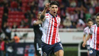 Alan Pulido festeja un gol con las Chivas