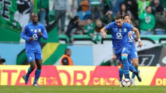 Herrera conduce el balón en encuentro contra Sporting de Lisboa