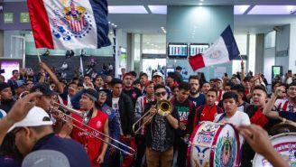 Afición de Chivas recibe a su equipo tras su llegada a CDMX