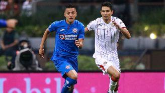 Alvarado busca hacerse del balón en juego contra Chivas