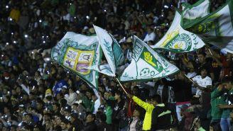 Afición de León apoya a su equipo en partido de Copa MX
